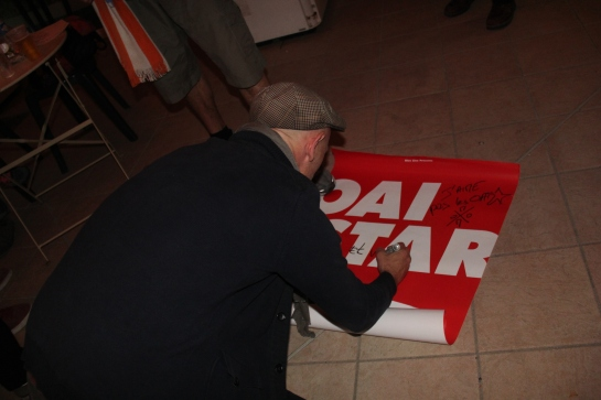 Gari Grèu taking the time to sign a poster for a fan , Live Escale Saint Michel , Aubagne - Photo : Fred reGGaeLover 2014