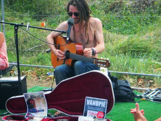 vanupié playing for the fans , reggae sun ska 2013